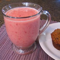 Licuado de yogurt con fresa, naranja y plátano