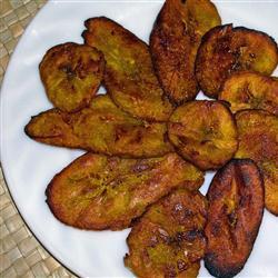Tostones (plátano macho frito)