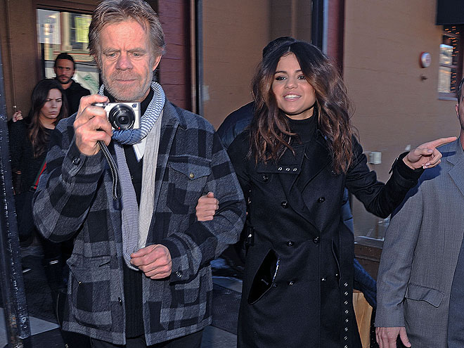 Selena Gómez, William H. Macy, Míralos