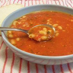 Sopa de frijol y pasta con jitomate