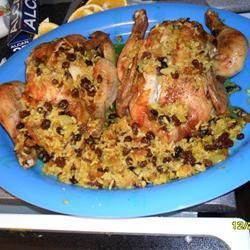 Pollo relleno de arroz con pasas