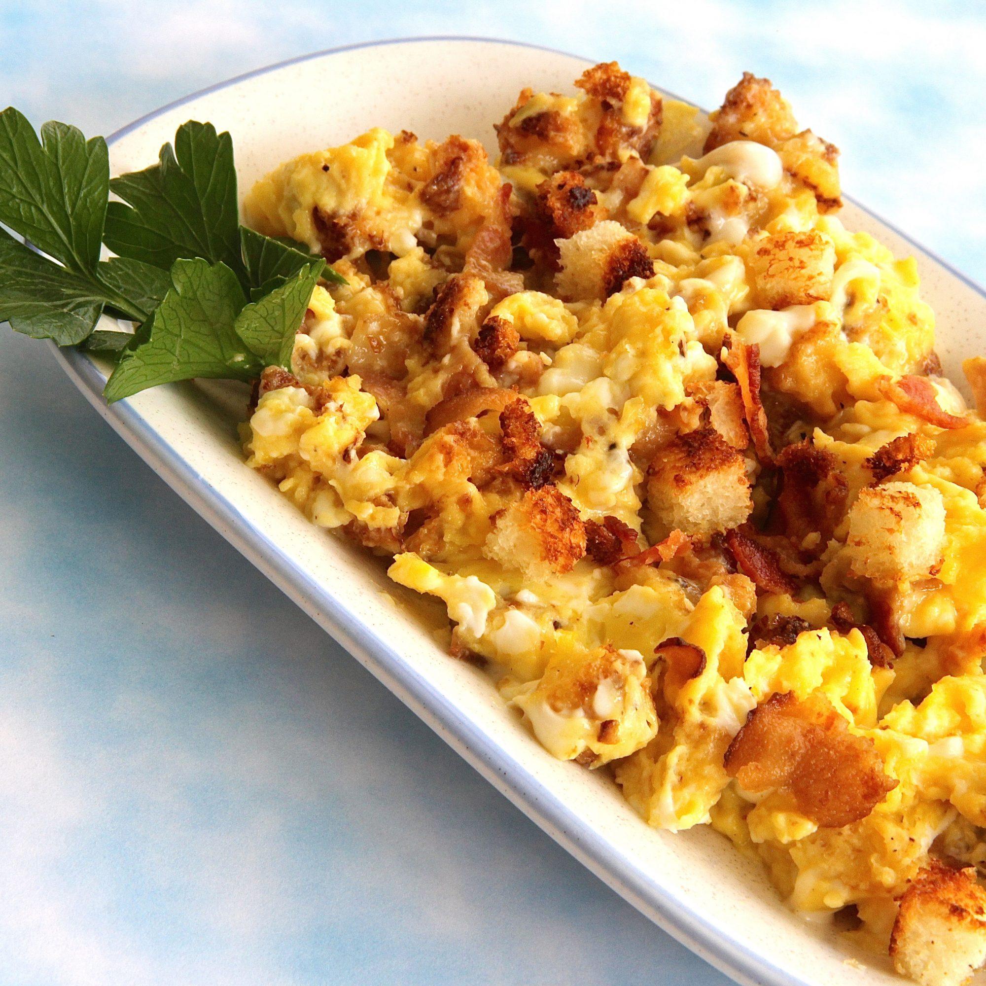 Huevos con tocino y migas