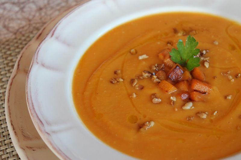 Sopa de flor de calabaza con almendras y avellana