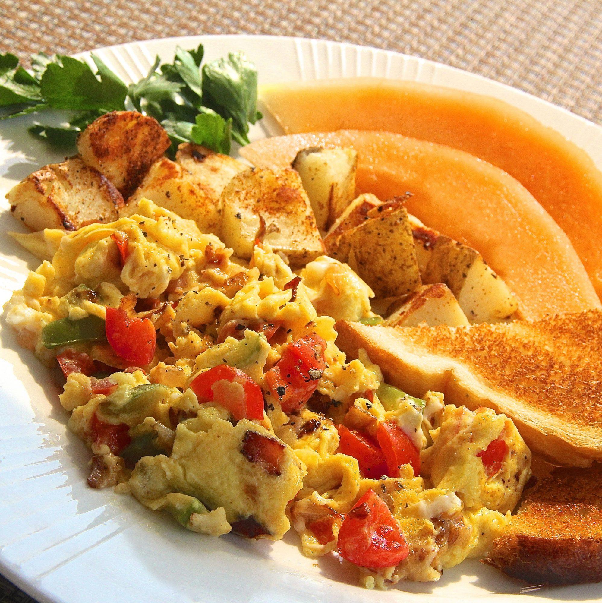 Huevos con tocino y verduras