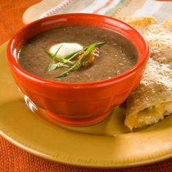 Sopa de frijoles negros con salsa