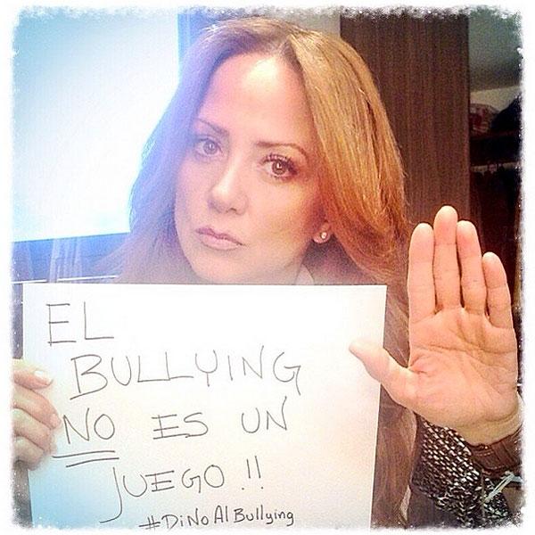 Andrea Legarreta, bullying