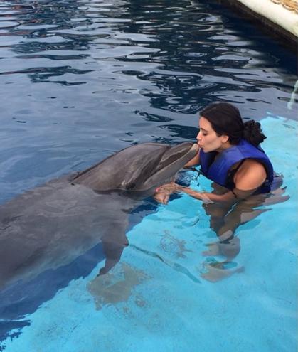 Kim Kardashian besa a un delfín