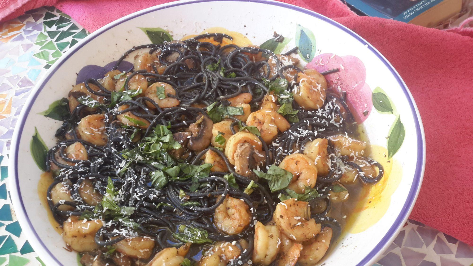 Camarones y pasta mediterráneos