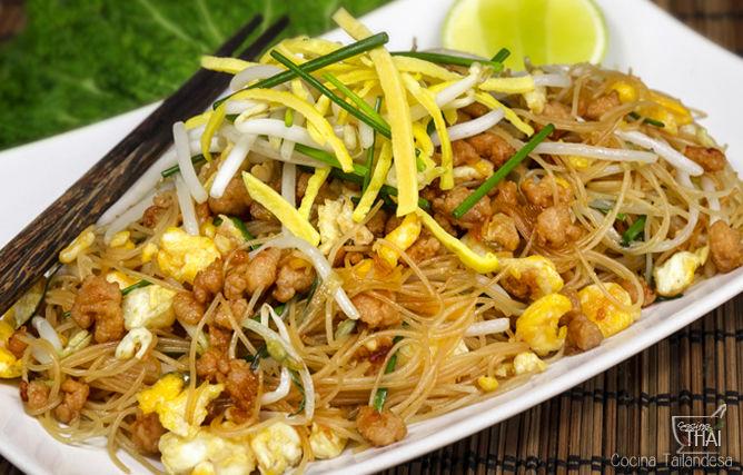 Fideos de arroz con huevo y cerdo