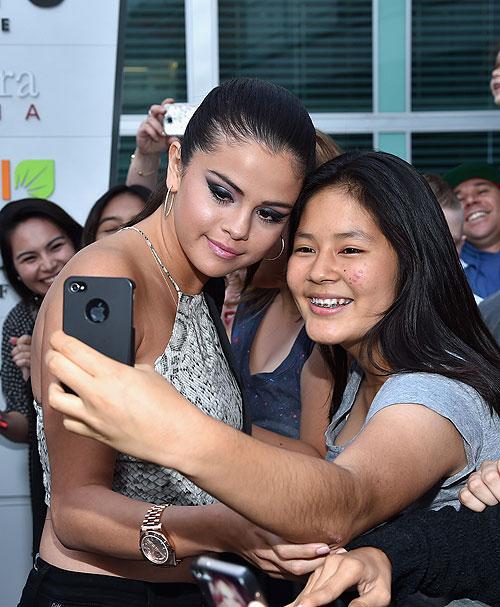 Selena Gómez, Míralos