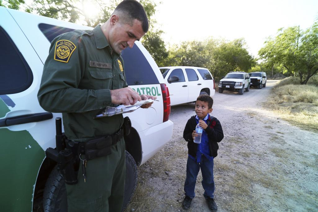 Joven hondureño cruzando la frontera