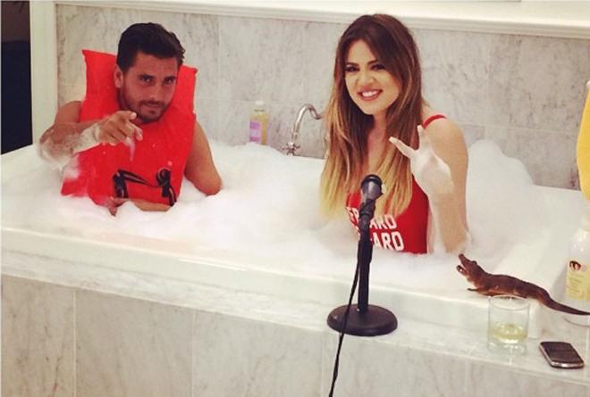 Khloe Kardashian y su cuñado juntos en la bañadera