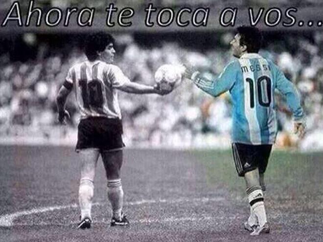 Maradona le pasa el balón a Messi
