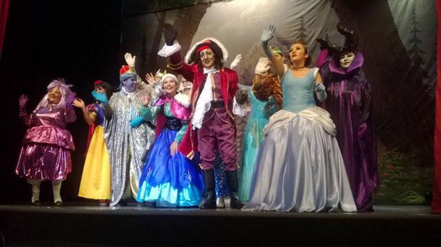El elenco de la obra Princesas y villanos, el musical