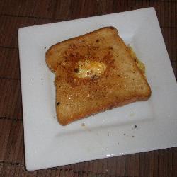 Huevos estrellados con pan tostado