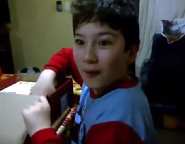 Niño emocionado para articulo de video viral