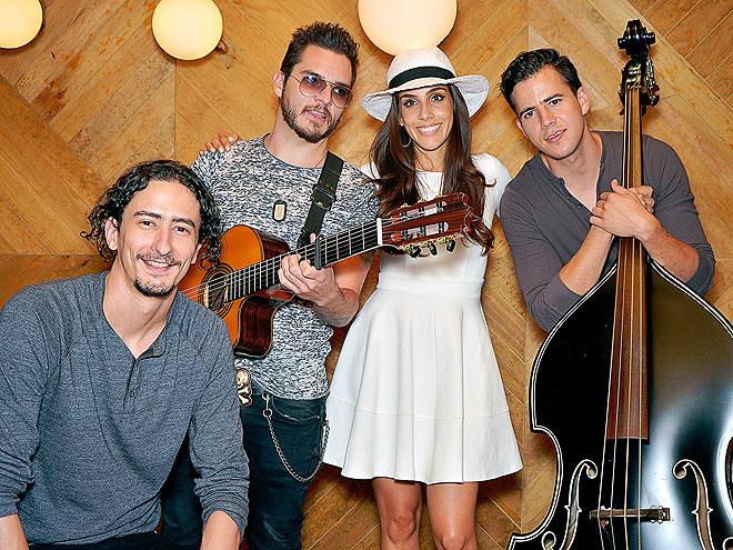 Sandra Echeverría, Jenny and The Mexicats, Míralos