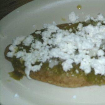 Sopes con pollo en salsa verde