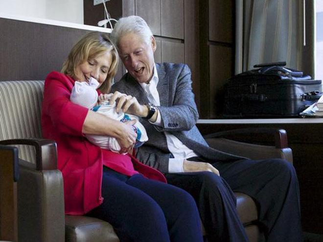 Bill y Hillary Clinton con su nieta Charlotte
