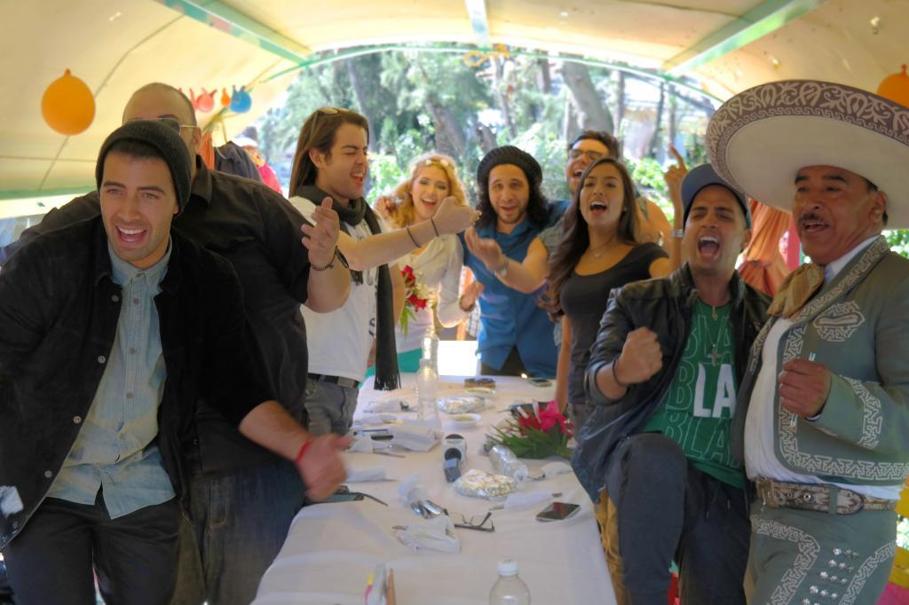 Jeancarlos Canela y su equipo en barca