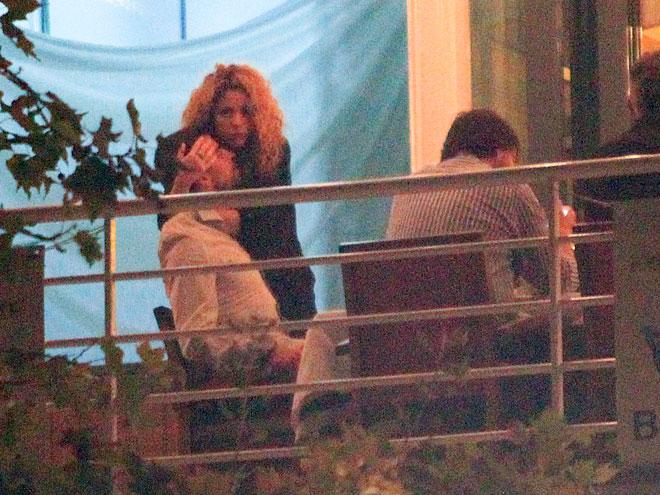 Shakira, Gerard Piqué, Míralos
