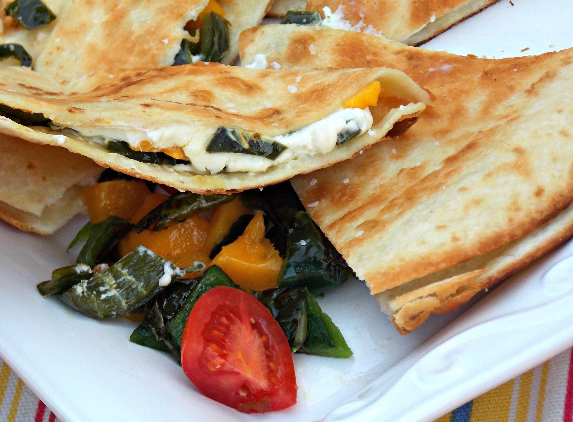 Quesadillas de queso crema con mango y chile poblano