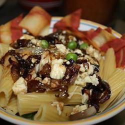 Spaghetti con queso gorgonzola y cebollas caramelizadas