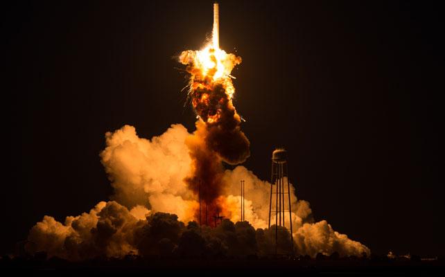 Explosion de cohete Antares para articulo