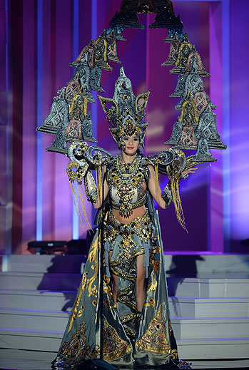 Elvira Devinamira, Miss Universo 2015,