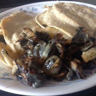 Quesadillas de huitlacoche con manchego