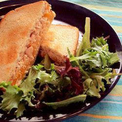 Sándwich de atún con queso fundido