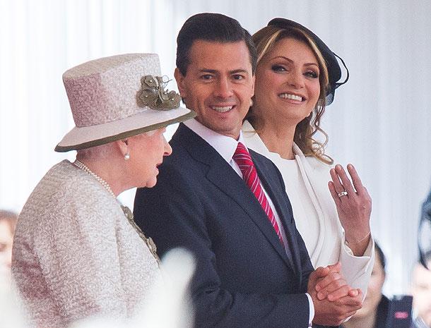 Reina Elizabeth II y Angelica Rivera