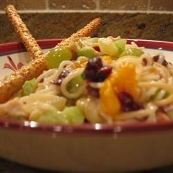 Ensalada de pollo con pasta y fruta
