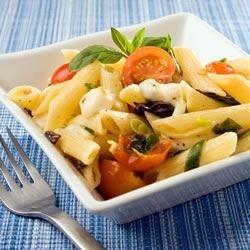 Ensalada de pasta con jitomate y queso