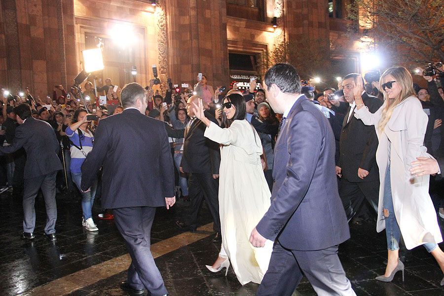 Kim Kardashian, Khloé KardashianMíralos