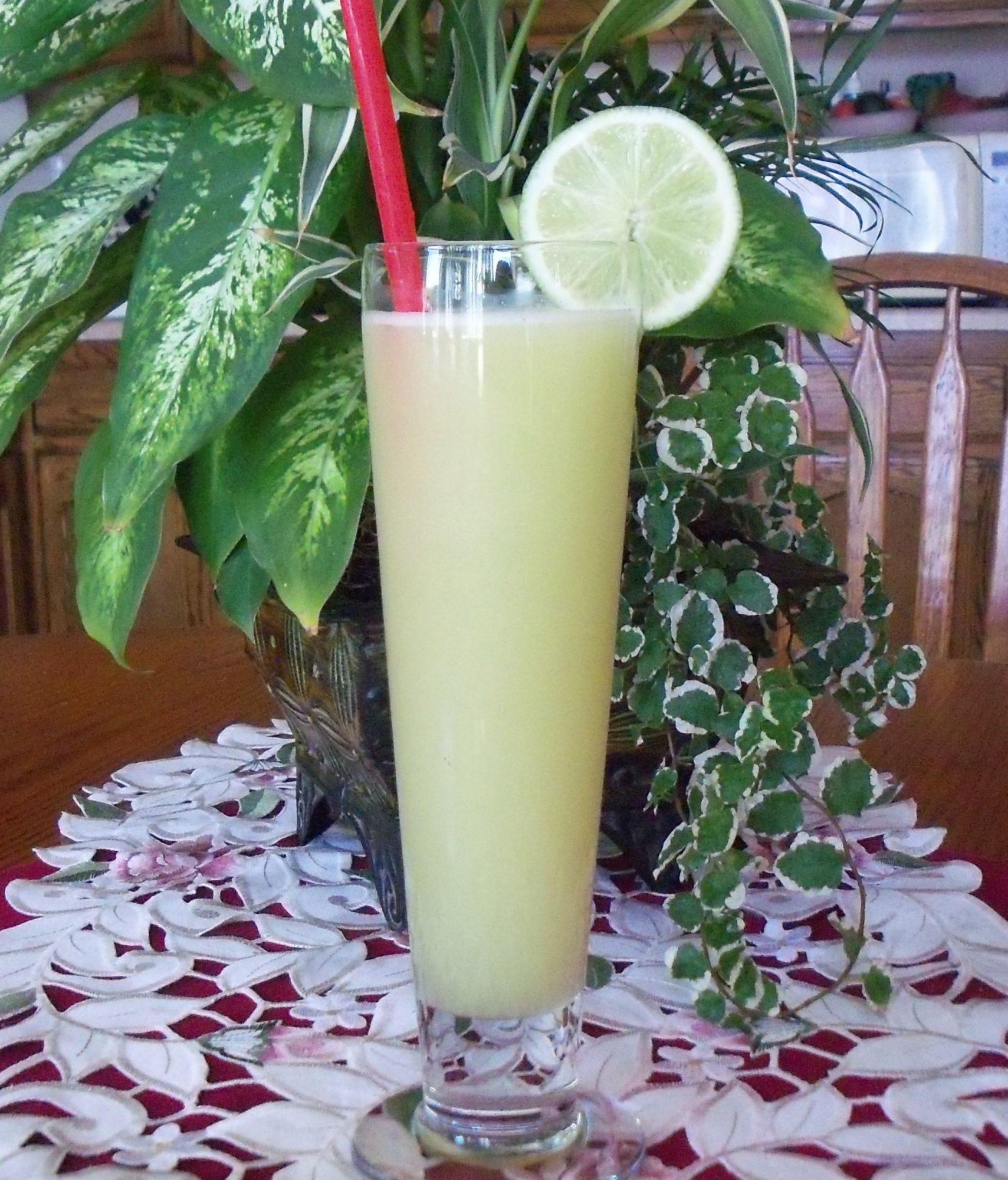 Agua fresca de pepino, limón y  yerbabuena