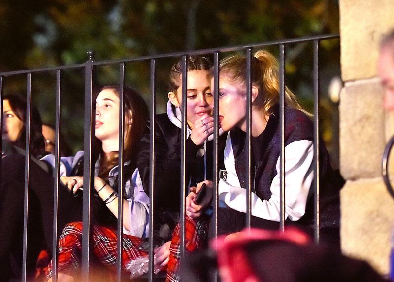 Miley Cyrus, Stella Maxwell, Míralos