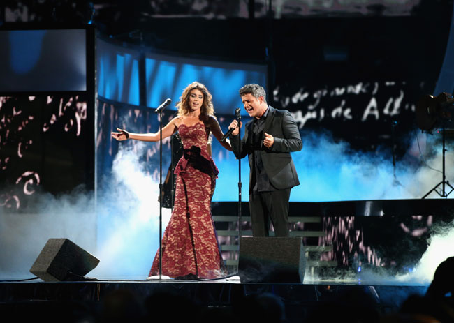 Paula Fernandes (L) y Alejandro San