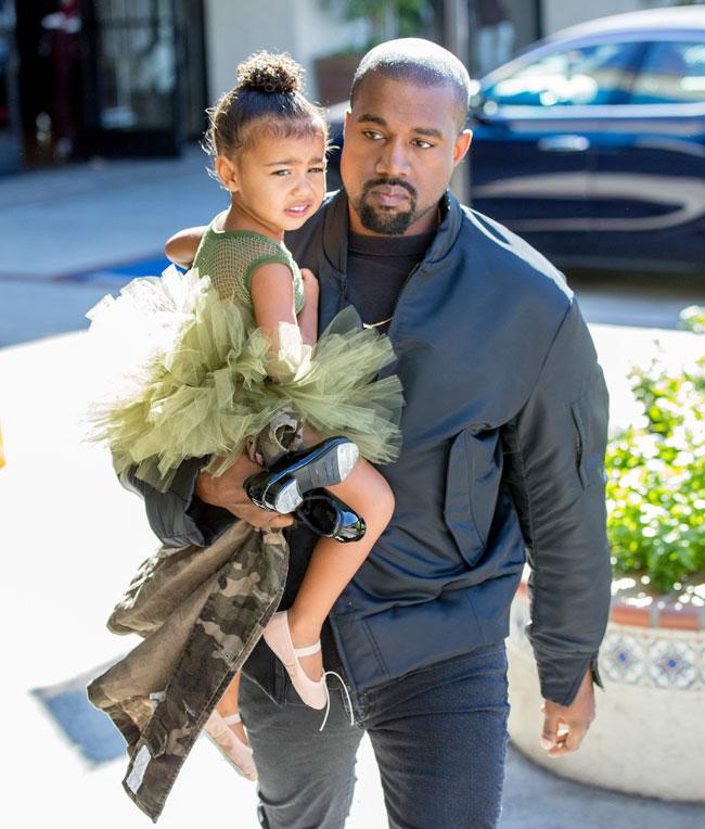 Kayne West con su hija North West de dos años en Los Ángeles