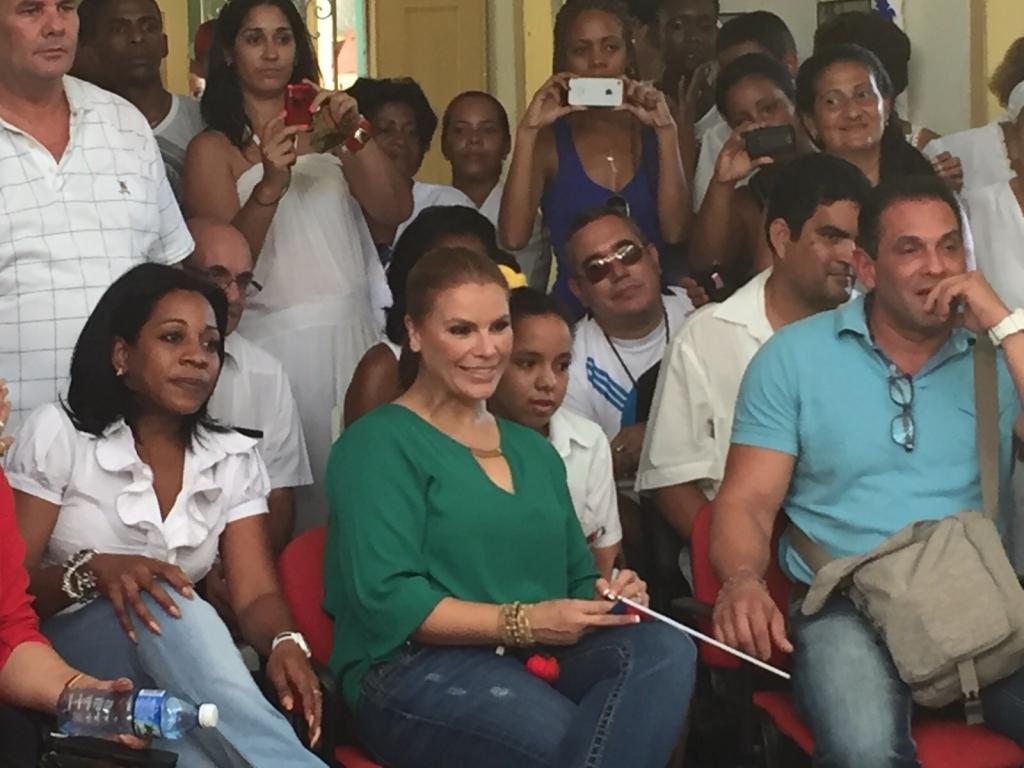Olga Tañón en escuela de Cuba