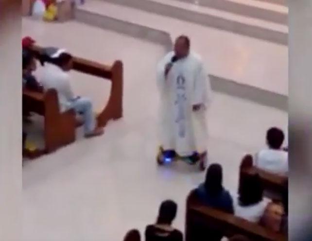 Sacerdote filipino sobre un hoverboard