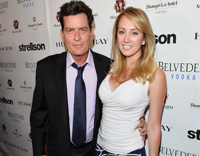 Charlie Sheen y novia para articulo