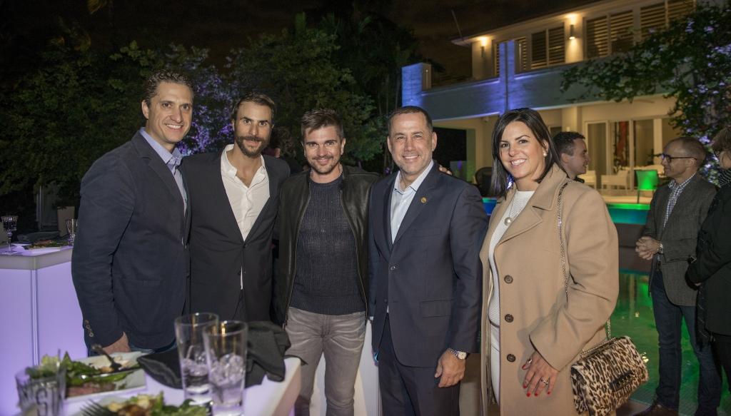 Eric Rovner de WME, Ben Silverman de Electus, Juanes, alcalde de Miami Beach Phillip Levine, y Rebeca Leon de Lionfish