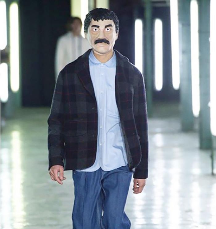 Modelo con máscara de Joaquín El Chapo Guzmán
