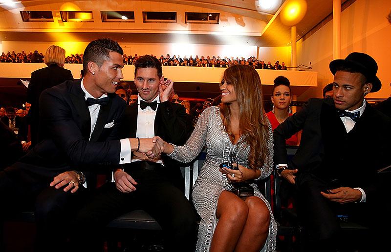 Cristiano Ronaldo, Leo Messi y su esposa Antonella Rocuzzo y Neymar