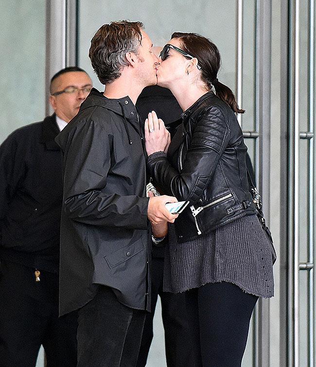 Anne Hathaway, Adam Shulman, Míralos