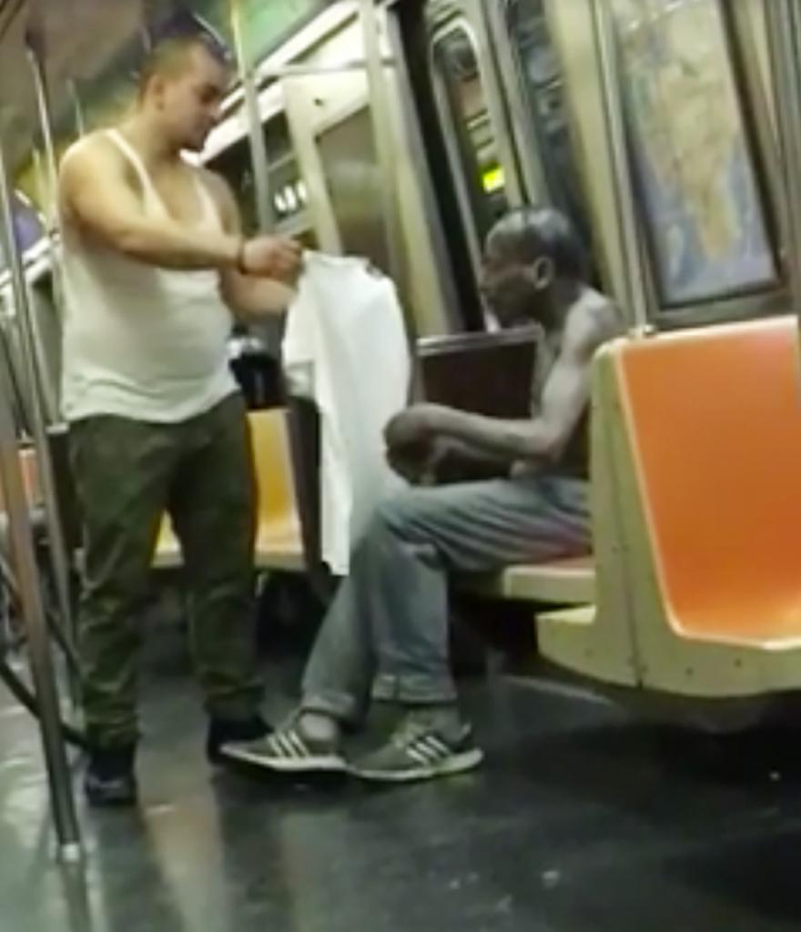 Joey Resto da su camisa a un hombre desabrigado.