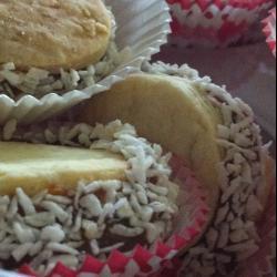 Galletitas de maicena rellenas de cajeta (alfajores)