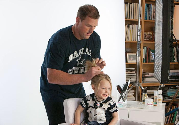 NFL jugadores peinando sus hijas