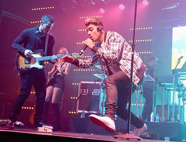 Míralos, Joe Jonas, Nick Jonas